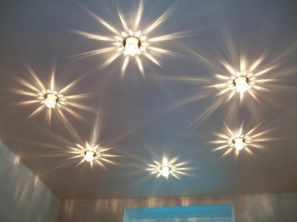 Как выбрать освещение в натяжной потолок