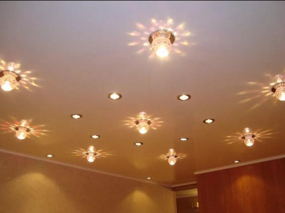расположение лампочек на натяжных потолках